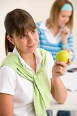 Estudante em casa - mulher feliz com a Apple