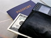Close-Up tiro de passaporte, telefone, Walet e Bill