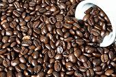 Umgekippte Kaffeetasse mit Kaffeebohnen