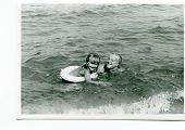 Постер, плакат: Винтаж Фото матери и дочери купаясь в море пятидесятых