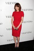 LOS ANGELES - 27 de MAR: Ellie Kemper llega en la inauguración de Beverly Hills de Valentino en el Valentino
