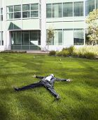 Empresario hispano en la hierba