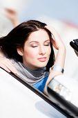 Close-up da mulher sorridente com os olhos fechados no carro