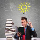 joven empresario tener una gran idea al leer un libro interesante