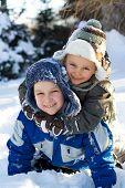 Jongens op sneeuw