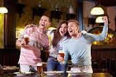 Jóvenes se regocijan en el pub