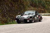 Leiria, Portugal - 20 de abril: João Mexia Leitão conduz um Porsche 911 Coupé durante um dia de Rali de Ve