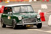 Leiria, Portugal - 22 de abril: Jorge Almeida Drives A Austin Cooper S durante o dia três de Rally Verde