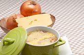 Oinion sopa con queso derretido y el pan en la parte superior