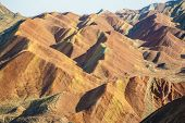Colorida montaña en forma de relieve Danxia en Zhangye, Gansu de China