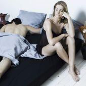 Joven pareja en una cama