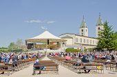 MEDJUGORJE, Bósnia e HERZEGOVINA - 4 de maio: Peregrinos não identificados participa de missa ao ar livre em St