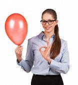 Mädchen mit aufgeblasenen Ballon zeigt, dass alles O.k.