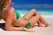 Постер, плакат: Девушки бикини на карибском пляже