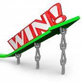 Ein Team von Menschen zu heben, einen Pfeil und das Wort Win, zeigen, dass, wenn Menschen zusammen arbeiten, sie Acc können