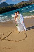 gerade geheiratet. schöne junge Paar am Strand.