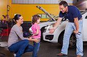 niedliche kleine Mädchen, die Auto-Techniker Hut in der Garage versteckt