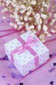 Bloemen en gift box op roze achtergrond
