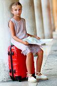 Постер, плакат: Универсал Венеция милая девушка с планом улица в Венеции концепция путешествия