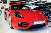 BKK - 28 Nov: Porsche Cayman tentoongesteld in Thailand internationale Motor Expo 2013 op 28 november, 2013 In
