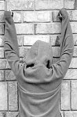 mãos de pessoa batendo contra a parede