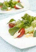 Постер, плакат: Салат с сыром моцарелла томатами и базиликом