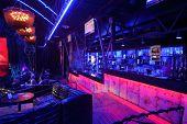 Moskau - 15. NOVEMBER: Besucher und Bar vor brillanten Jazz-Club-Konzert in Iswestija Halle, Nove