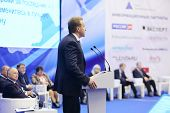 Moskau - NOV 14: Erste Vize Premier I.Shuvalov spricht in Mikrofon at Forum Small Business - neu