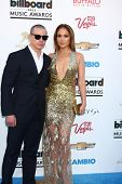 LOS ANGELES -  MAY 19:  Casper Smart and Jennifer Lopez arrive at the Billboard Music Awards 2013 at