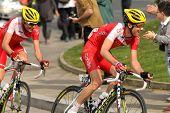BARCELONA-, el 24 de marzo: Nicolas Edet de Cofidis paseos durante el Tour de Cataluña ciclismo carrera throu