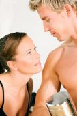 sexy Paar mit Hanteln in Fitness-Studio