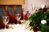 Mesa boda con flautas de champán