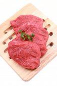 carne fresca a bordo listo para cocinar aislada en blanco