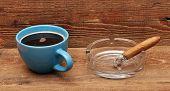 café e charutos em fundo de madeira