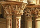 Detalle de mosaico de Capitel y columna en claustro Monreale, cerca de Palermo, Sicilia