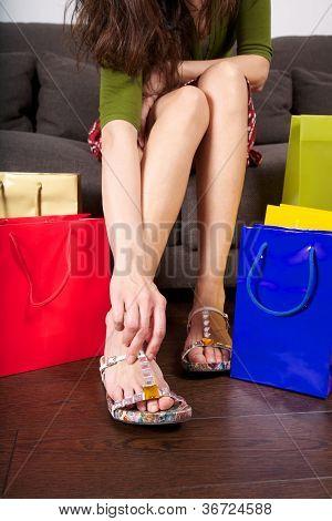 Постер, плакат: Попробуйте на обувь в магазине, холст на подрамнике