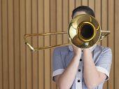 Aluna com trombone