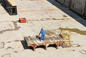 Ingeniero realiza mediciones en dique seco de astilleros