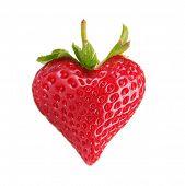 Dulce fresa en forma de corazón aislado en blanco