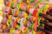 RAW satay a la brasa, comida callejera en Tailandia