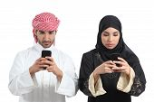 Saudi Couple Addicted To The Smart Phone