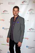 LOS ANGELES - 9 de JAN: Justin Hartley na festa