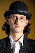 Постер, плакат: Заделывают ретро Портрет молодой английский джентльмен в котелок и ретро очки