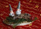 Zwei Weihnachtswichtel auf Baumscheibe