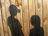 Sombra da garota e garoto amigável
