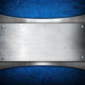 placa de metal no fundo de couro