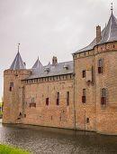 Blick auf die Burg Hermitage Amsterdam In den Niederlanden unter einem bewölkten Himmel