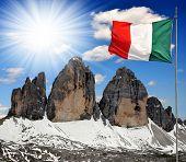 Tre Cime di Lavaredo mit Flagge, Dolomiten, Italien