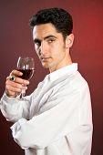Hombre de glamour con Bocal de vino tinto.