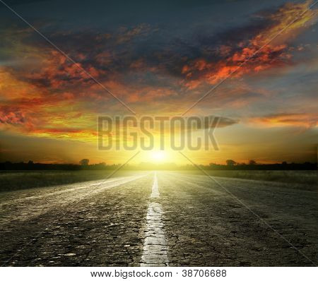 Постер, плакат: Длинные дороги страны с белыми линиями вниз центр растяжение от прошлых Лоун Дерево в далеком Хо, холст на подрамнике